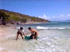threesome sur la plage